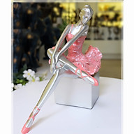 Tượng cô gái bale ngồi trên bục váy hồng thumbnail