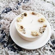 Nến thơm cao cấp bằng sáp đậu nành với tinh dầu trà xanh, trang trí hoa cúc và hoa sao trắng đẹp tinh khiết và lãng mạn thumbnail