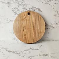 Thớt gỗ tròn tần bì decor kiểu dáng đơn giản, có dây treo tiện dụng