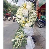 Kệ hoa chia buồn : hồng trắng , lan trắng , hồ điệp trắng , ly vàng , cúc camlybero trắng