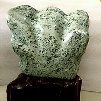 Cây đá tự nhiên serpentine màu xanh lá cho người mệnh Hỏa và Mộc nặng khoảng 10 kg gồm chân đế gỗ rừng hình cánh quạt daphongthuymynghe