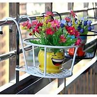 Giá sắt treo giỏ hoa ban công thông minh