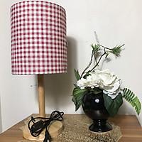 Đèn ngủ DB-A03 CARO ĐỎ, đèn bàn ngủ chân gỗ cao cấp, chao vải bố linen dễ thương, công tắc bật tắc, tặng kèm bóng