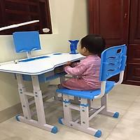 Bộ bàn ghế học sinh chống gù- chống cận màu xanh bao gồm đèn và chống cằm