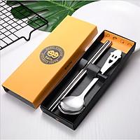 Bộ đũa thìa được làm bằng inox chống gỉ kèm hộp đựng bằng giấy, thiết kế nhỏ gọn tiện lợi có thể mang theo dễ dàng
