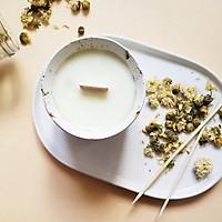 Nến thơm cao cấp bằng sáp tự nhiên, với tinh dầu hương gỗ hoàng đàn, gỗ hồng, được đựng trong cốc trang trí hoa cúc tự nhiên