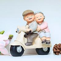 Tượng ông chở bà đi xe máy