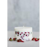 Nến sáp ong đổ bằng tay cùng hỗn hợp hương cam tươi mát và hoa hồng khô.