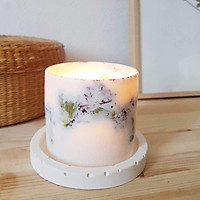 Bộ 3 sản phẩm: Đế đỡ nến + nến thơm sáp đậu nành, hương hoa ngọc lan (ylang ylang) + tealight trang trí hoa cẩm chướng đỏ.