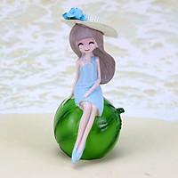 Tượng cô gái dễ thương ngồi trên trái cây mùa hè