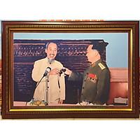 Tranh in dầu- Đại tướng Võ Nguyên Giáp thay mặt bộ Quốc phòng chúc sức khỏe Bác ( 71x101cm & 48x68cm )