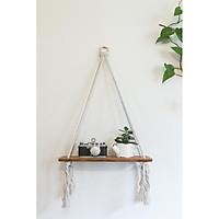 Kệ gỗ Thông treo tường bằng dây thừng cotton xoắn kết hợp với vòng gỗ tròn độc đáo.  Kt 30*10*1,5 cm, màu nâu sơn phủ Inchem Mỹ