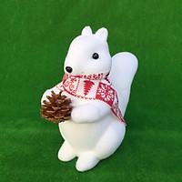 Sóc trắng ôm quả thông cao 22cm trang trí Giáng sinh Noel