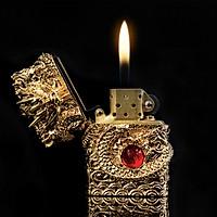 Hộp Qụet Bật Lửa Xăng Bấc Đá Rồng Ôm Ngọc Đỏ Cf0972j Thiết Kế Đẹp Độc Lạ - Giao màu ngẫu nhiên
