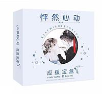 Hộp quà viền tròn anime chibi Con tim rung động có ảnh thẻ, ảnh dán, vòng tay, postcard tặng thẻ Vcone