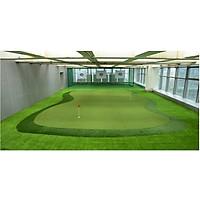 Thảm cỏ sân gold sơi xoăn đều khít đế tốt màu đậm thích hợp trải làm sân gold mini trong nhà, trang trí bảng hiệu nhà hàng khách sạn spa, sân vườn tiểu cảnh khổ rộng 2m dày 1cm