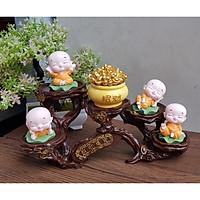 Bộ 04 tượng chú tiểu ngồi lá sen kèm chum vàng bằng sứ và chân đế ngang 5 ánh vàng