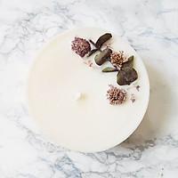 Nến thơm hương hoa nhài, trang trí lá bạc và hoa cúc