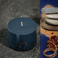 Nến thơm cao cấp bằng sáp đậu nành có màu xanh lam đậm, hương thơm của đá hổ phách và chanh vàng (amber và lime), được trang trí bằng những miếng hổ phách thật, 250ml