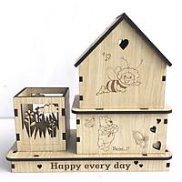 Hộp bút trang trí hình ngôi nhà có khay để bút viết và hai hộc kéo nhỏ để gim bấm, tặng ngay kẹp gỗ xinh xắn để kẹp giấy note