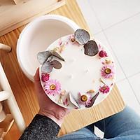 Nến thơm bằng tinh dầu hữu cơ của hoa nhài, trang trí lá bạc, hoa bất tử và hoa nhài