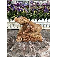 Tượng con trâu giáp ngồi trên thỏi vàng phong thủy đá cẩm thạch vân gỗ trang trí, đặt bàn làm việc - Dài 15 cm