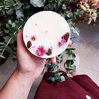 Nến thơm hương tinh dầu hoa trà và hoa nhài, trang trí cúc bách nhật và vỏ quế