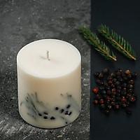 Nến thơm cao cấp bằng sáp đậu nành, hương thơm từ hỗn hợp tinh dầu bách xù và tinh dầu hoắc hương, trang trí lá thông và quả bách xù tự nhiên, 500ml.