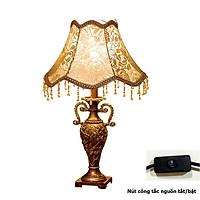 Đèn Ngủ Để Bàn - Đèn Trang Trí Phòng Ngủ, Phòng Khách, Phòng Làm Việc - Phong Cách Châu Âu Sang Trọng, Đẳng Cấp - Chạm Khắc Hoa Văn Tinh Xảo - Màu Vàng Đồng - Nút Công Tắc Nguồn - Hàng Cao Cấp