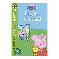 Peppa Pig: Playing Football - Read It Yourself with Ladybird Level 2 - Read It Yourself (Paperback)