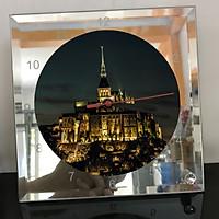 Đồng hồ thủy tinh vuông 20x20 in hình tu viện Mont Saint-Michel (54) . Đồng hồ thủy tinh để bàn trang trí đẹp chủ đề tôn giáo