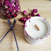 Nến thơm cao cấp từ sáp tự nhiên và tinh dầu hoa hồng, tinh dầu hoa linh lan (lily of the valley) được đựng trong cốc trang trí hoa cúc bách nhật tự nhiên
