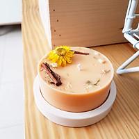 Nến thơm bằng sáp đậu nành, với hương thơm từ tinh dầu hữu cơ vỏ quế và cam ngọt, trang trí hoa bất tử, hoa nhài và vỏ quế