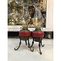 Đôi đèn dầu ba chân màu đỏ bằng đồng