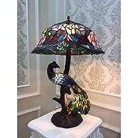 Đèn bàn họa tiết chim khổng tước điêu khắc đắp nổi thủy tinh màu ghép mảnh tinh tế mang phong cách tân cổ điển sang trọng - Thích hợp để phòng khách, phòng ngủ - Có điều chỉnh ánh sáng dịu nhẹ vừa đủ với không gian.