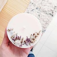 Nến thơm hương tinh dầu hoa nhài, trang trí hoa lavender và hoa sao tím