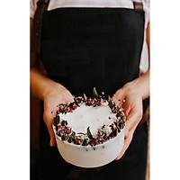 Nến thơm cao cấp bằng sáp đậu nành và tinh dầu hoa hồng hữu cơ, trang trí nụ hoa hồng, lá bạch đàn và hoa khô tinh tế và đẹp mắt