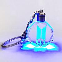 Móc khóa Bts logo thủy tinh phát sáng xanh thiết kế thông minh