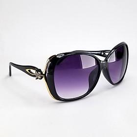 Mắt kính râm nữ màu đen khói DKY9344KH. Tròng Polarized phân cực chống tia UV, gọng Poly ôm sát khuôn mặt.
