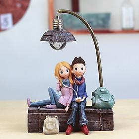 Tượng trang trí đôi tình nhân ngồi trên thùng gỗ có cột đèn