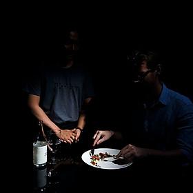 Trải nghiệm dùng bữa trong một căn phòng tối