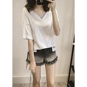 Áo phông trắng dáng dài suông rộng cổ tim dễ thương kèm 1 kính mắt