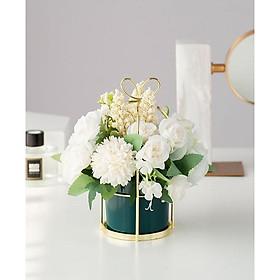 Lọ hoa giả trang trí kèm hoa