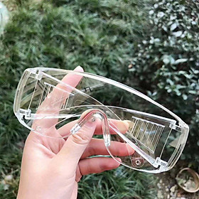 Kính nhựa trong suốt mang được kính cận bên trong hỗ trợ phòng dịch, ngăn chặn giọt bắn, chắn gió bụi, ánh nắng trực tiếp, tránh tia UV, bảo vệ mắt, kính bảo hộ