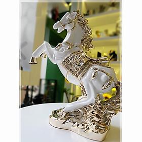 Tượng ngựa chồm màu trắng ánh vàng