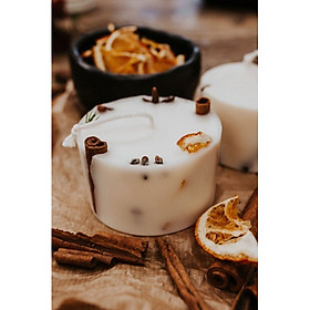 Nến thơm cao cấp bằng sáp đậu nành, với hỗn hợp tinh dầu lá quế, tinh dầu cam ngọt và tinh dầu đinh hương, trang trí bằng vỏ quế và lát cam sấy