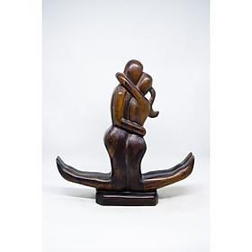 Tượng Đôi tình nhân ôm nhau bằng gỗ mun