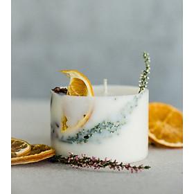 Nến thơm Giáng sinh cao cấp bằng sáp đậu nành, tinh dầu cam ngọt, quế và đinh hương, trang trí lát cam, thanh quế và hoa trắng nhỏ