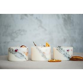 Bộ 3 nến thơm Giáng sinh cao cấp bằng sáp đậu nành, tinh dầu cam ngọt, quế và đinh hương, trang trí lát cam, lát táo, thanh quế và các loại hoa, lá khác.
