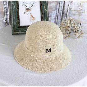 Mũ đi biển vành tròn gắn tag chư M nón móc len sợi rộng vành đi chơi siêu đẹp dành cho nữ.